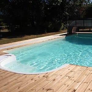 Vue sur la piscine et accès aux services de nos chambres d'hôtes