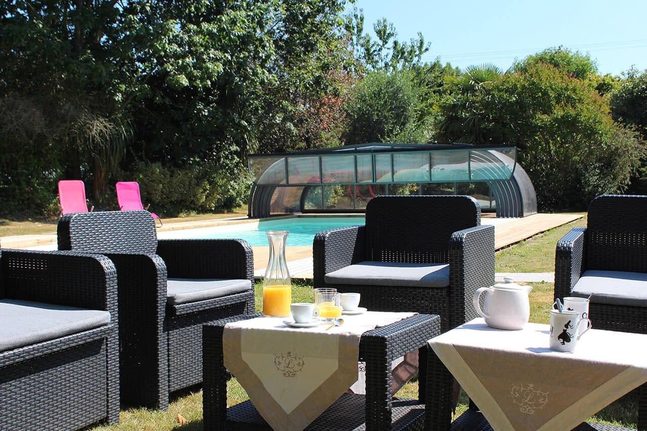 Espace piscine avec salon de jardin pour apéritif au soleil