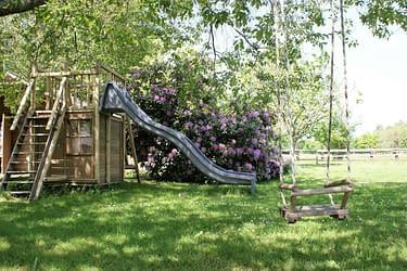 Aux Agapanthes, Le parc arboré avec les jeux pour enfant