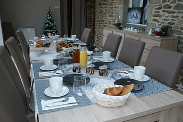 Salle commune - Petit déjeuner avec viennoiseries, confitures maison pour un accueil chaleureux